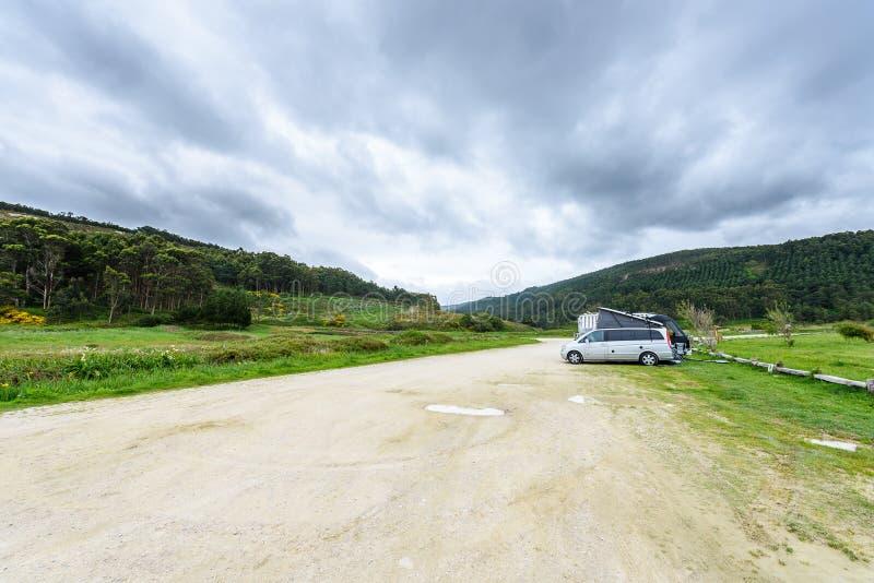 Motorhome rv wordt en campervan geparkeerd op een strand stock foto