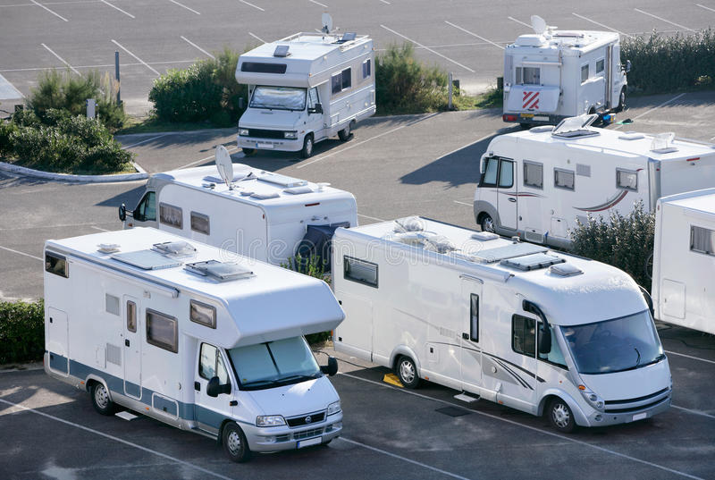 Motorhomes在Mimizan,法国 免版税库存照片