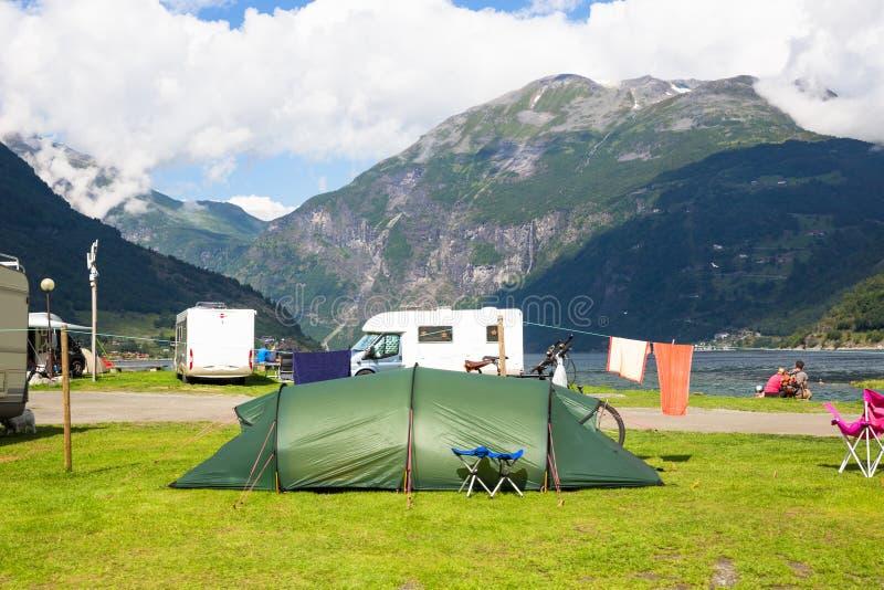 Motorhomes au terrain de camping par le Geirangerfjord en Norvège Images de concept images libres de droits