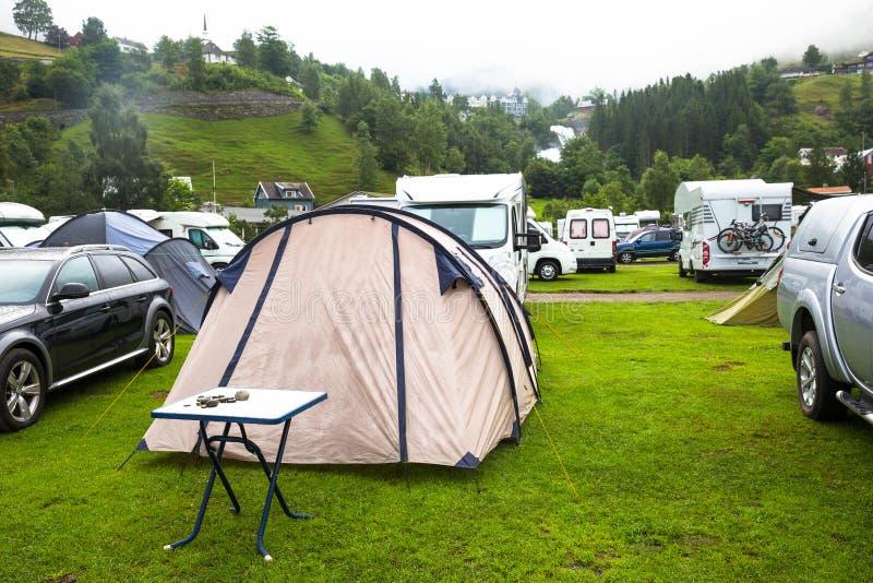 Motorhomes bij kampeerterrein door Geirangerfjord in Noorwegen Conceptenbeelden stock foto