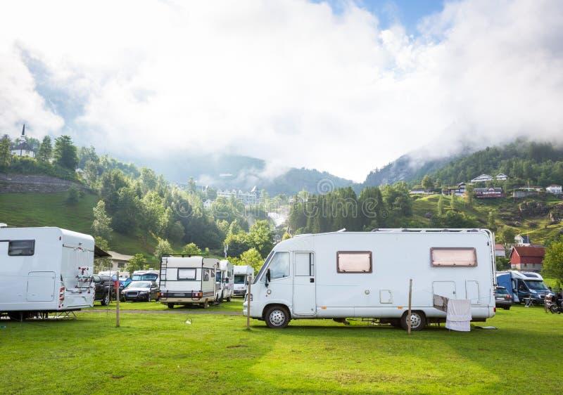 Motorhomes bij kampeerterrein door Geirangerfjord in Noorwegen Conceptenbeelden royalty-vrije stock afbeeldingen