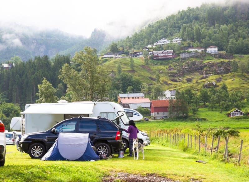 Motorhomes bij kampeerterrein door Geirangerfjord in Noorwegen Conceptenbeelden stock afbeelding