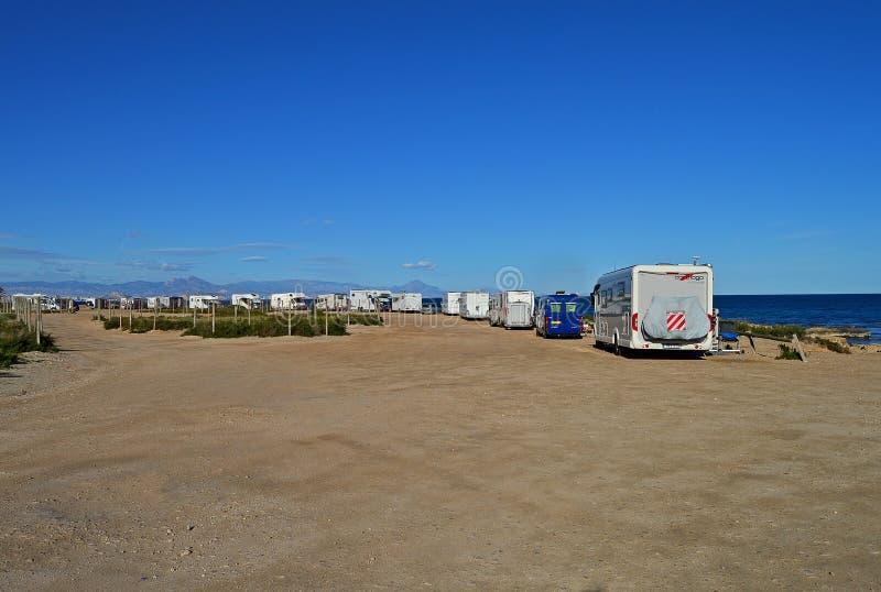 Motorhomes och möte för campareskåpbilar på stranden arkivbild