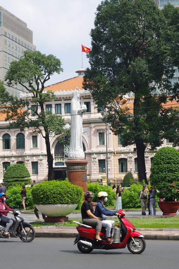 Motorini che zippano attraverso Ho Chi Minh City immagine stock