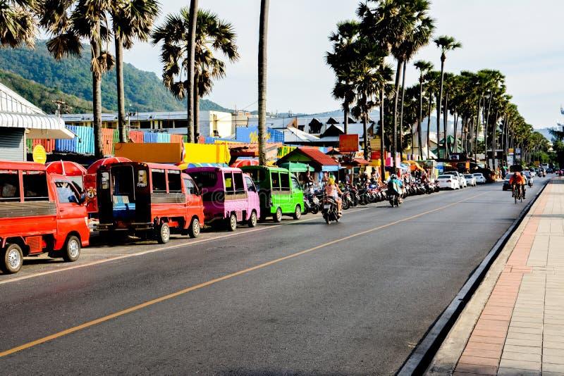 Motorini di commercio di strada, del tuk-tuk e di affitto sullo srteet a Phuket fotografia stock libera da diritti