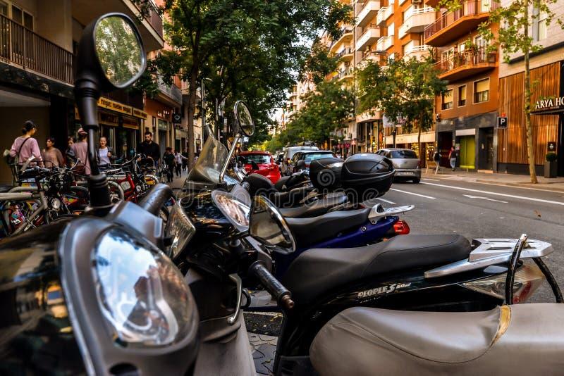 Motorini nella via - Barcellona immagini stock