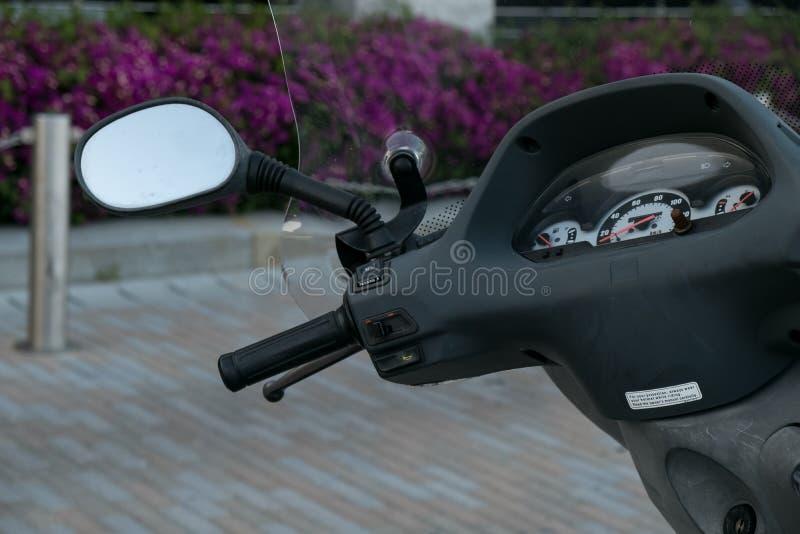 Motorino del motociclo motorino con il fuoco selettivo del faro, del manubrio e degli specchi fotografia stock