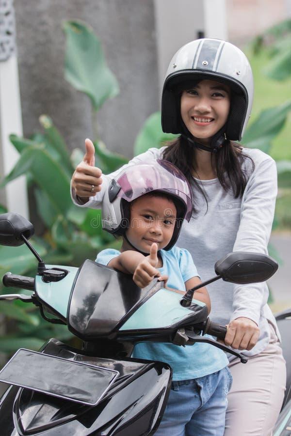 Motorino della motocicletta di guida della figlia e della madre fotografie stock libere da diritti