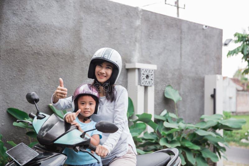 Motorino della motocicletta di guida della figlia e della madre immagine stock