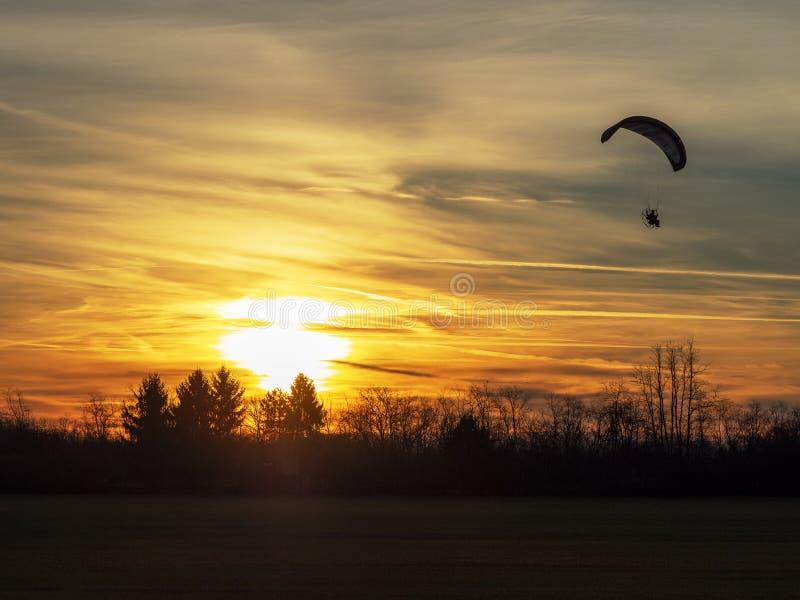 Motoriserad Parachute i solnedgångspark royaltyfri fotografi