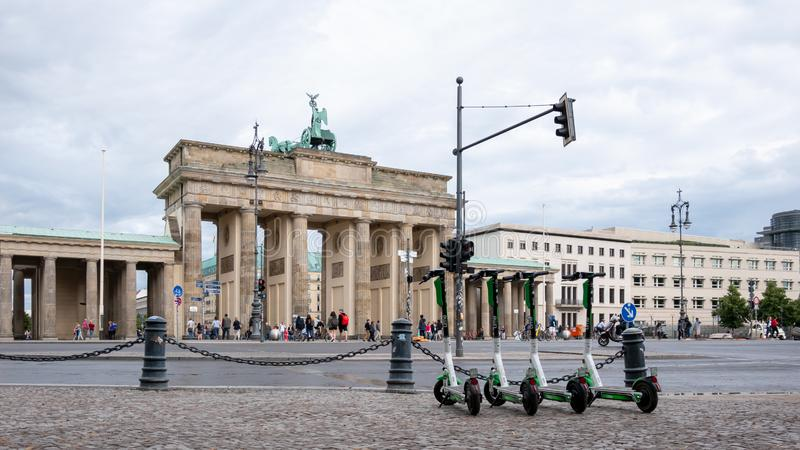 Motorisierte elektrische Roller an Brandenburger Tor in Berlin, Deutschland im Sommer stockbild