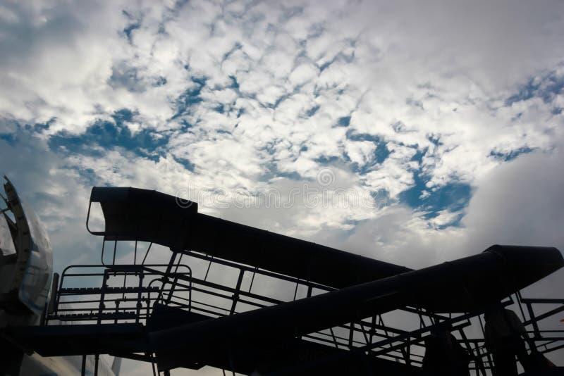 Motorisierte passanger Einstiegtreppe für Flugzeug im sillhoute Feiertage, Reise lizenzfreie stockfotos