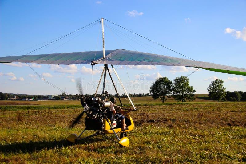 Motorisierte Segelflugzeuge stehen aus den Grund gegen einen blauen Himmel stockfoto