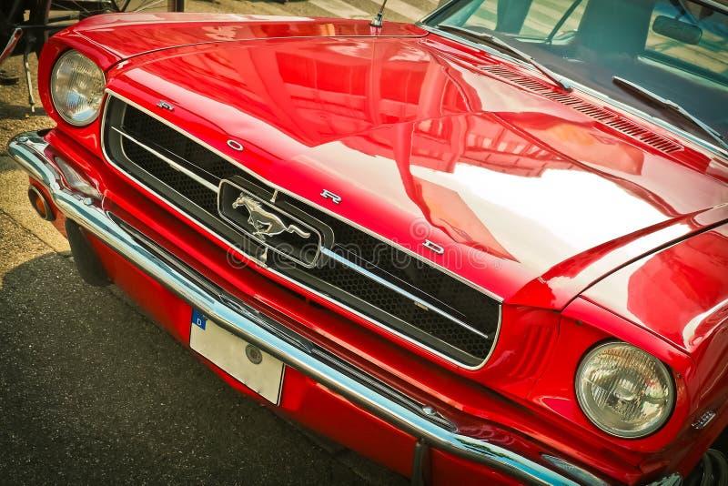 Motorisk bil för röd tappningmustang arkivfoto