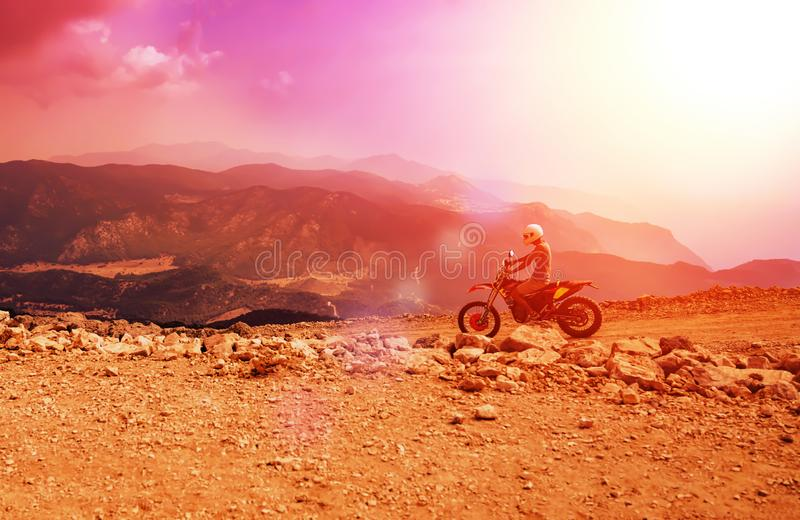 Motorisk cyklistridning för berg på den dammiga vägen på Babadag, Mugla/Turkiet arkivfoton