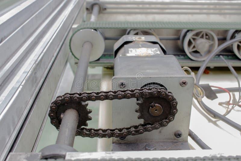 Motorisk drevaxel och överföringskedja, transportör royaltyfri bild