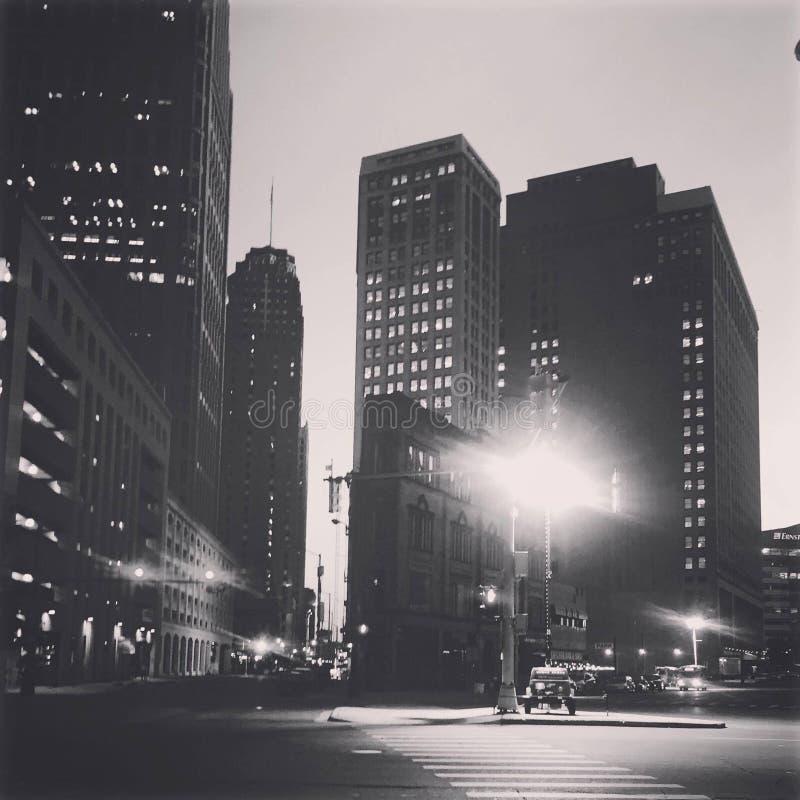 Motorisk stad på midnatt royaltyfria bilder