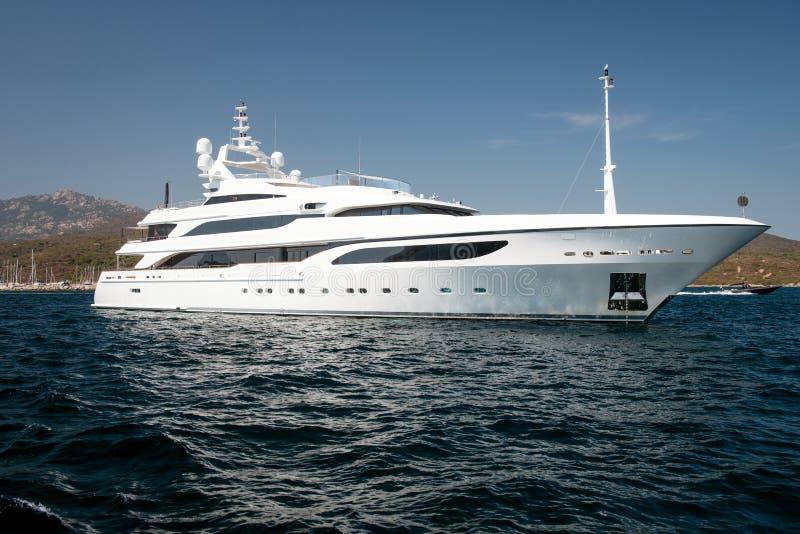 Motorisk yacht i det blåa havet royaltyfria foton