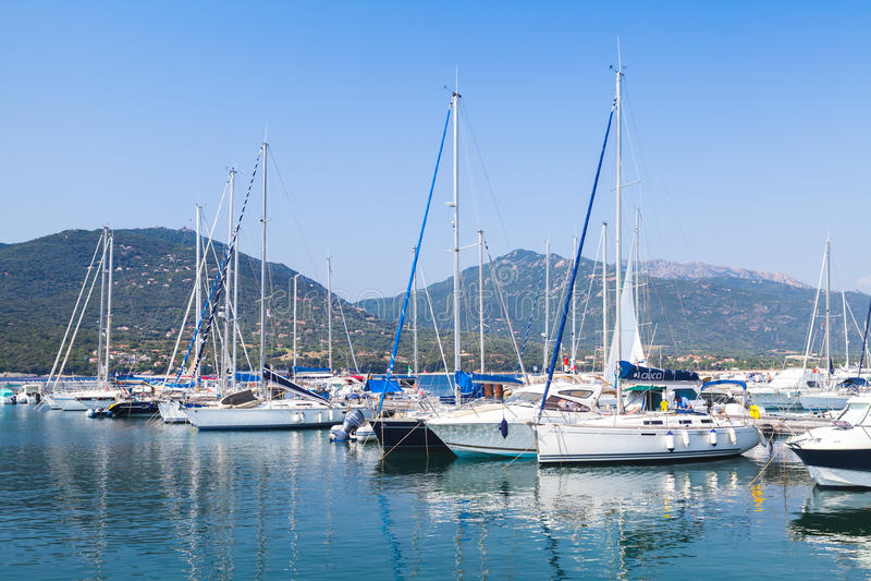 Motoriska fartyg för lyxigt nöje och seglingyachter royaltyfri foto