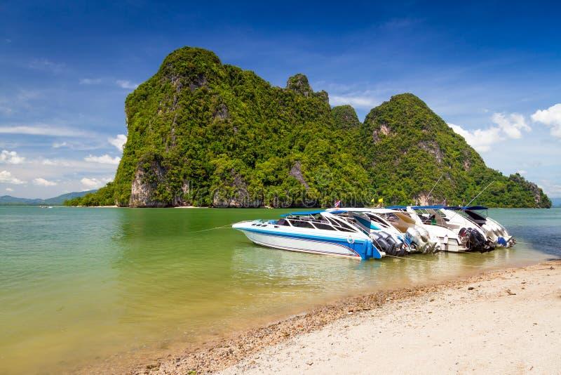 Motoriska fartyg på segla utmed kusten av den Phang Nga nationalparken