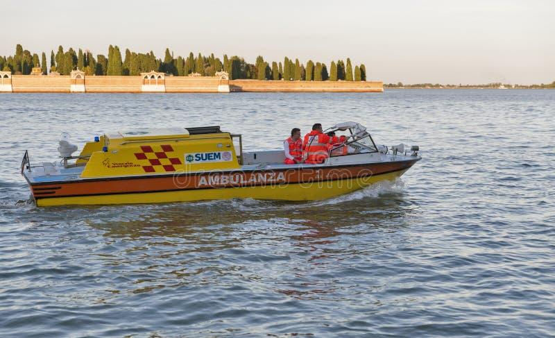 Motoriskt fartyg för ambulans på solnedgången i Venedig, Italien fotografering för bildbyråer