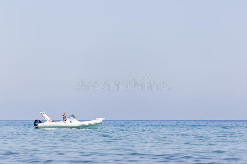 Motoriskt fartyg som stoppar liten vikpölen av Villajoyosa royaltyfri foto