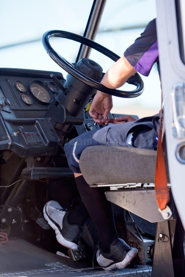 Motorista atrás da roda do caminhão para a entrega do pacote imagens de stock royalty free