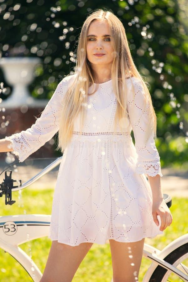 Motorista bonito de la muchacha fotografía de archivo libre de regalías
