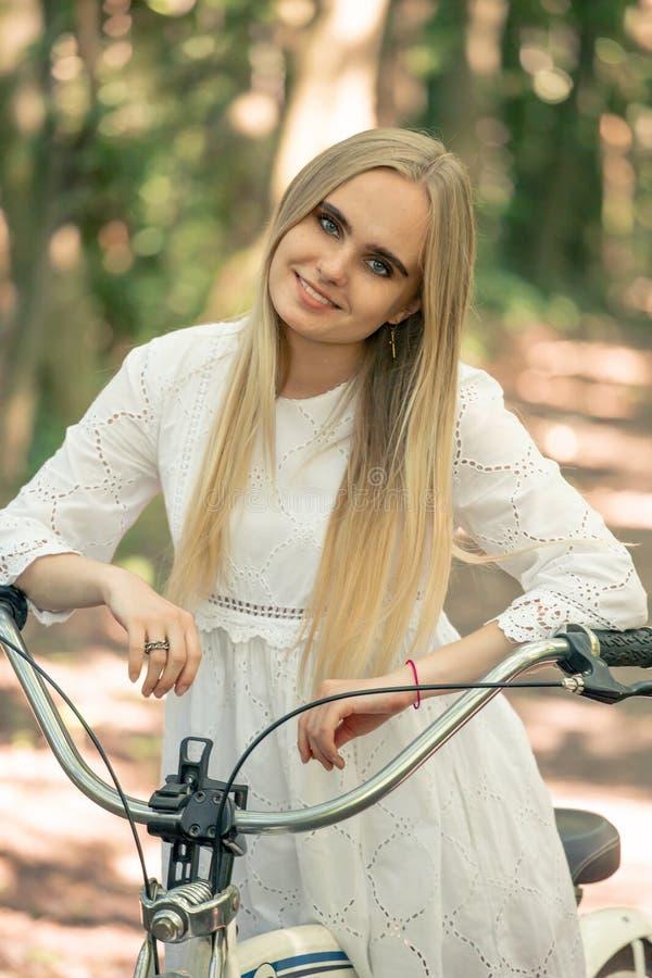 Motorista bonito de la muchacha imágenes de archivo libres de regalías