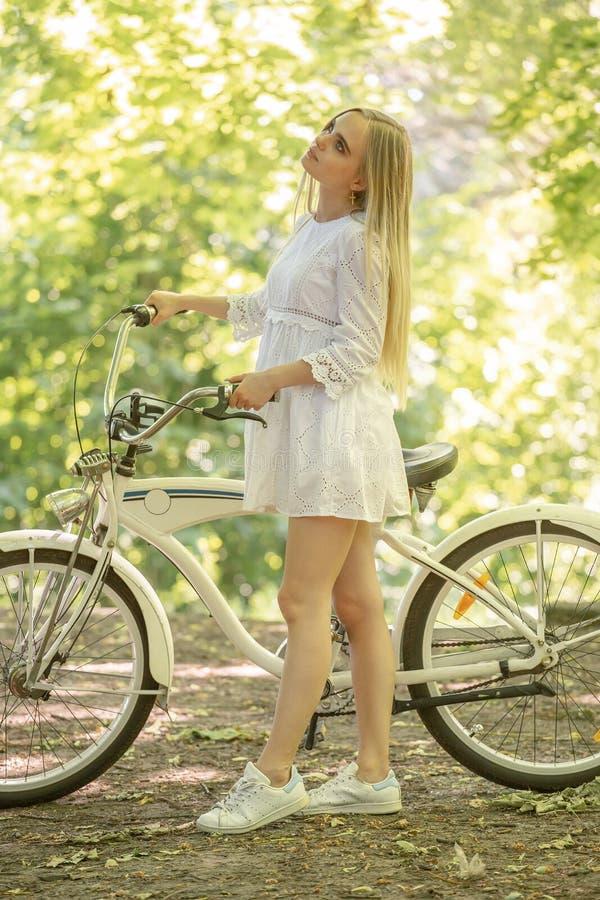 Motorista bonito de la muchacha foto de archivo