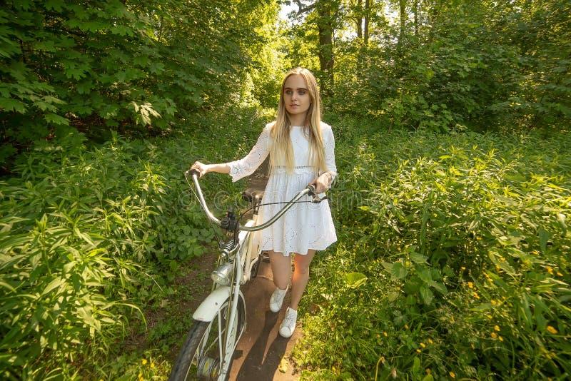 Motorista bonito de la muchacha foto de archivo libre de regalías