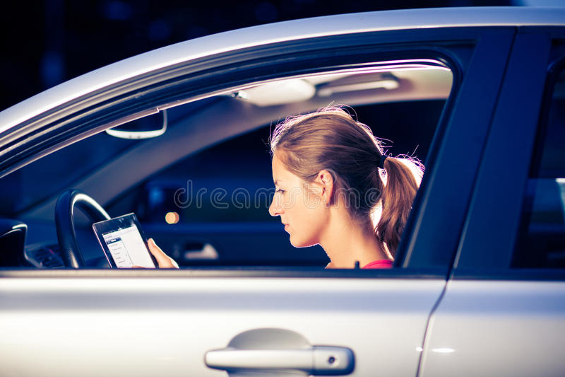 Motorista bonito, fêmea que usa seu tablet pc fotos de stock royalty free