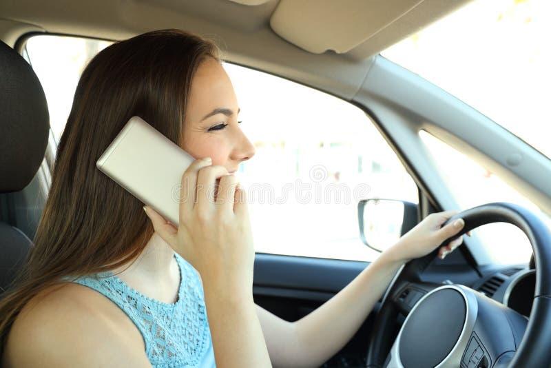 Motorista confundido que chama o telefone que conduz um carro imagem de stock royalty free