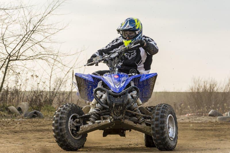 Motorista da bicicleta do quadrilátero de ATV na ação Treinamento de giro na alta velocidade fotografia de stock royalty free