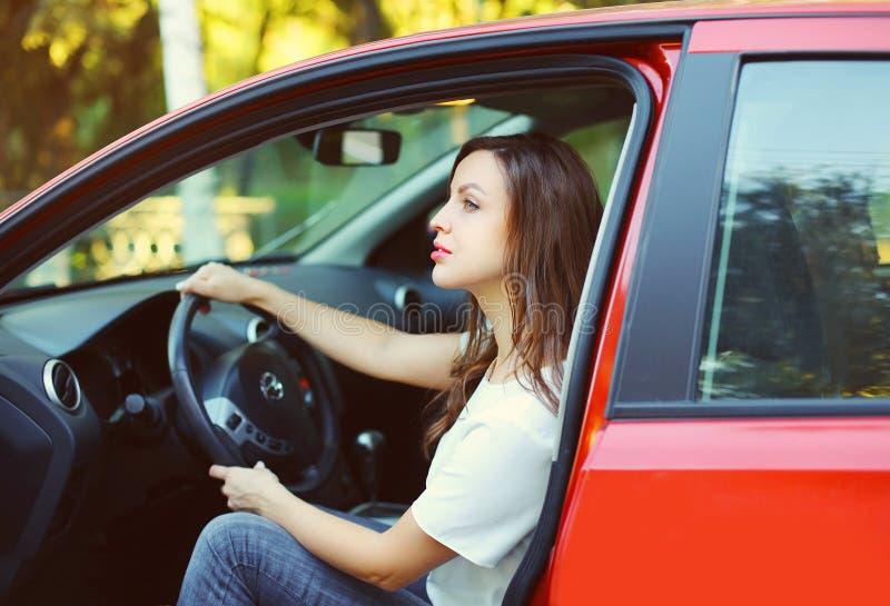 Download Motorista Da Jovem Mulher Atrás Do Carro Do Vermelho Da Roda Foto de Stock - Imagem de feliz, atrativo: 65576176