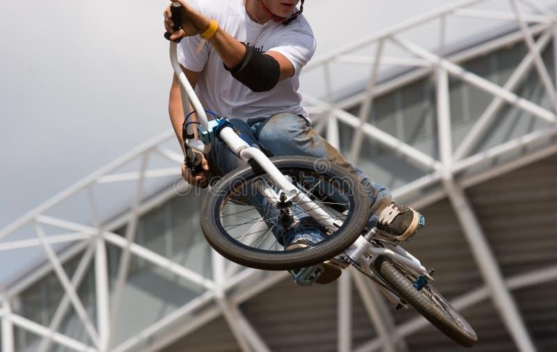Motorista de BMX aerotransportado imagenes de archivo