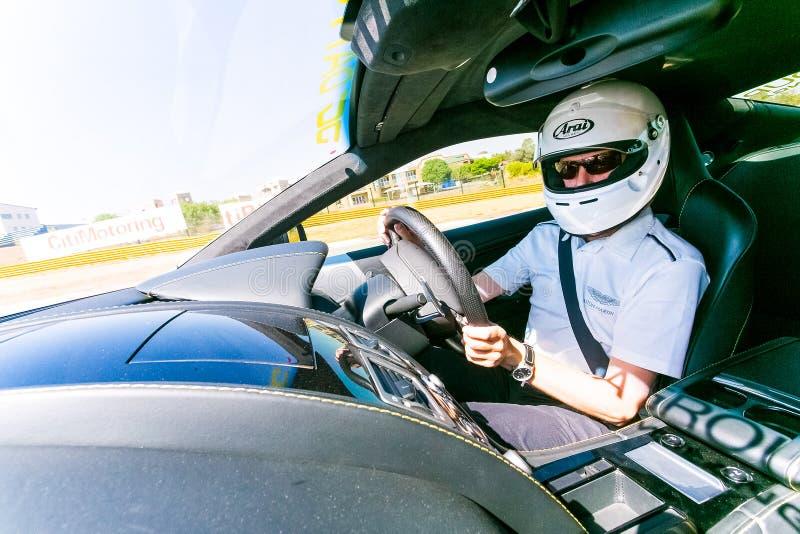 Motorista de carro de corridas em uma Asti Martin Sports Car imagem de stock