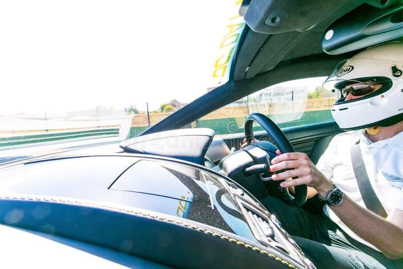 Motorista de carro de corridas em uma Asti Martin Sports Car fotos de stock