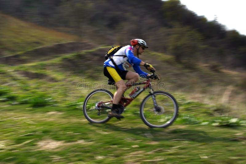 Motorista de la montaña del movimiento de la velocidad fotos de archivo