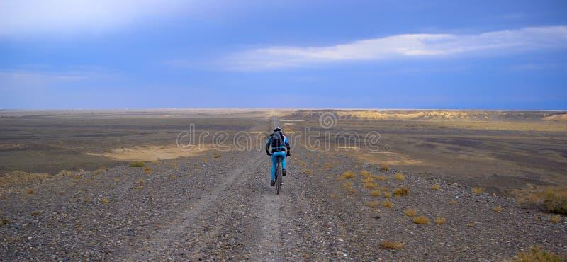 Motorista de la montaña en el camino viejo del desierto fotos de archivo libres de regalías