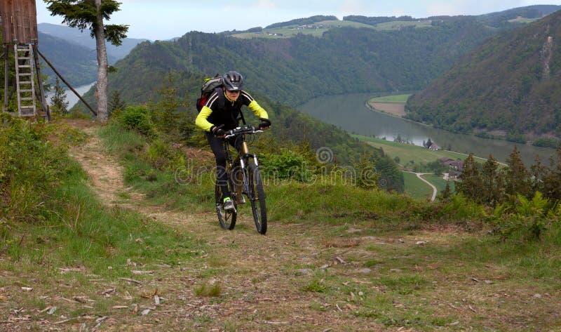 Motorista de la montaña sobre Donube fotografía de archivo