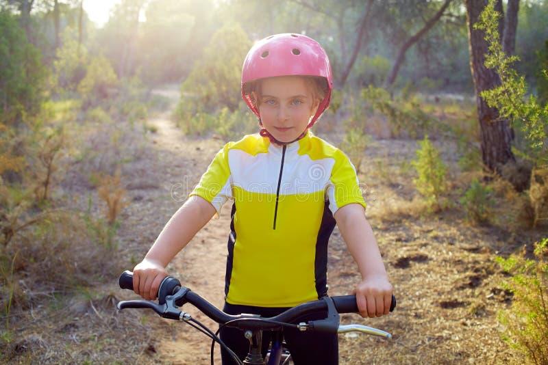 Motorista de la muchacha del niño en la bici de montaña MTB imagen de archivo