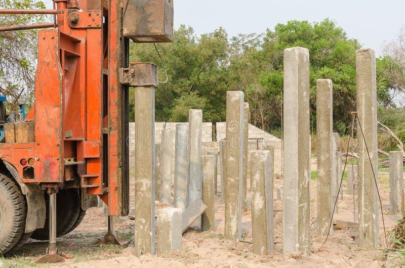 Motorista de pilha que conduz a pilha do concreto pré-fabricado imagens de stock royalty free