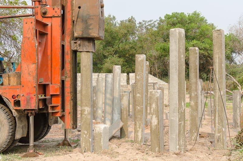 Motorista de pilha que conduz a pilha do concreto pré-fabricado foto de stock royalty free