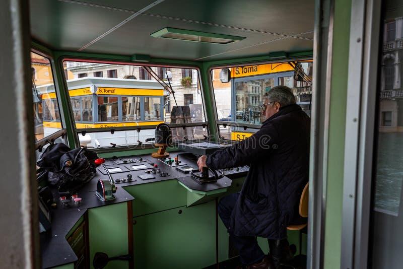 Motorista de Vaporetto na parada de aproximação do táxi em Grand Canal em Veneza, Itália imagens de stock royalty free