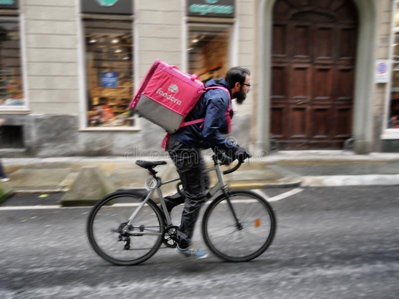 Motorista del servicio de entrega de la comida de Foodora en prisa clientes Turín Italia al 11 de noviembre de 2018 foto de archivo