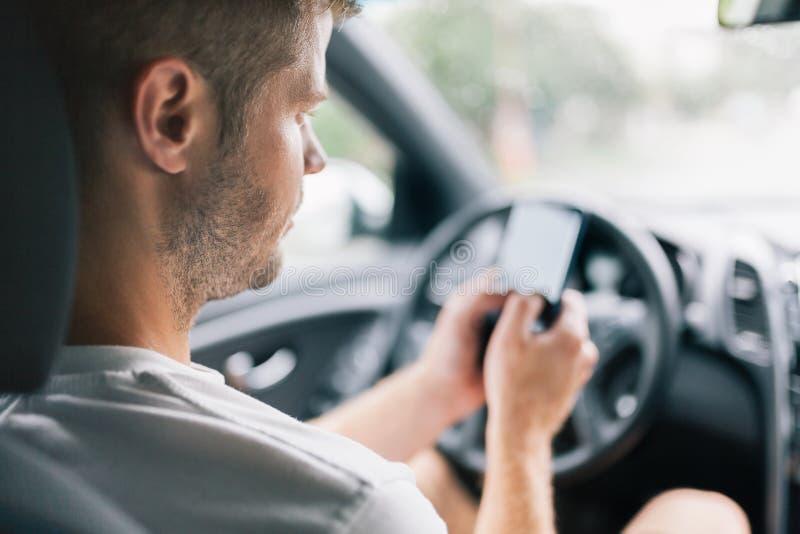 Motorista descuidado que usa um telefone celular enquanto conduzindo foto de stock