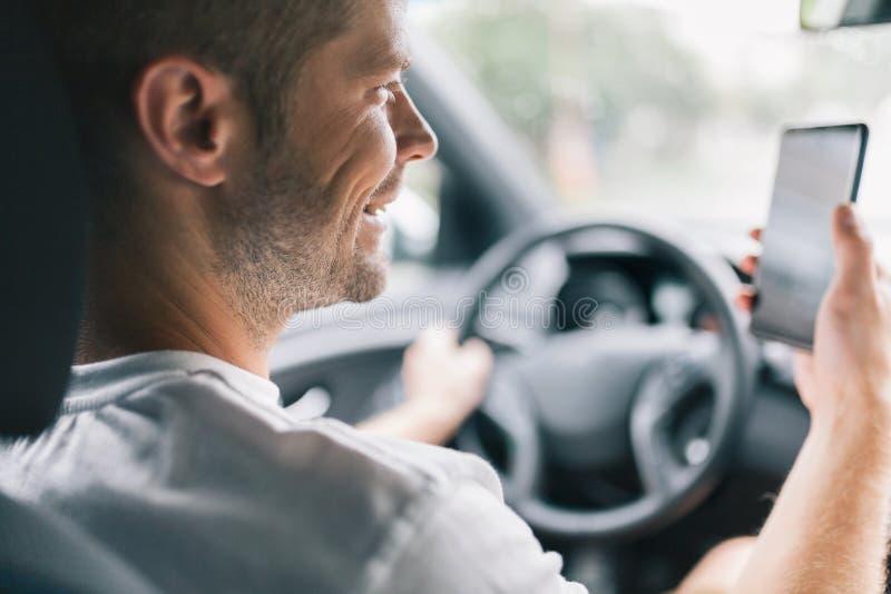 Motorista descuidado que usa um telefone celular enquanto conduzindo fotografia de stock royalty free