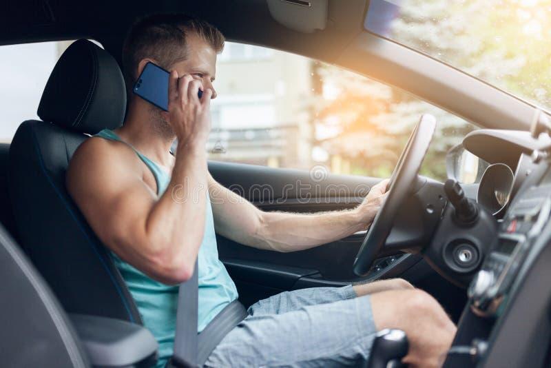 Motorista descuidado que usa um telefone celular enquanto conduzindo imagens de stock royalty free
