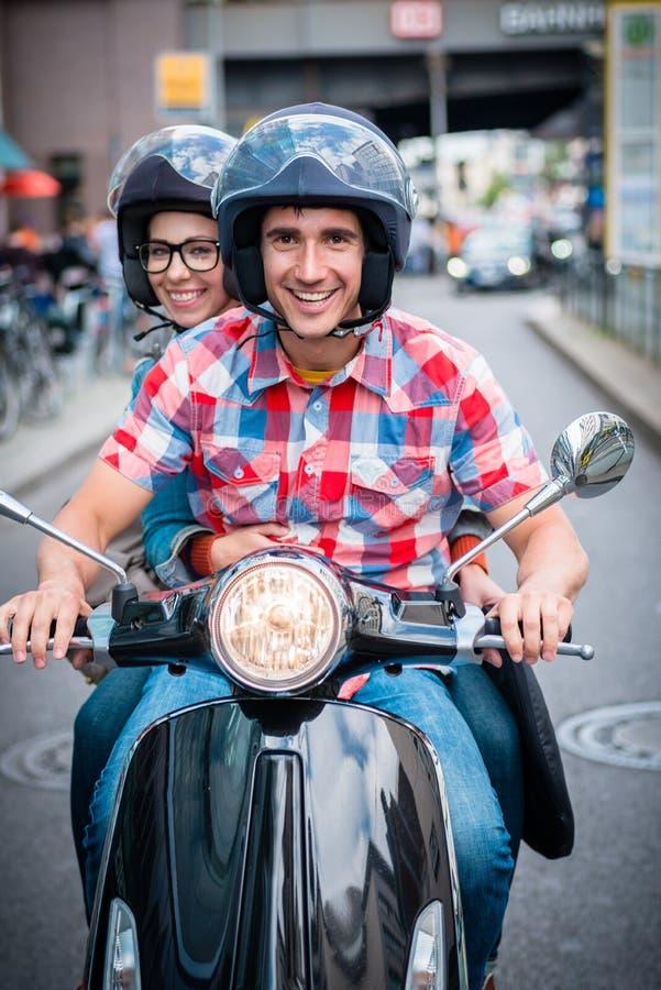 Motorista do 'trotinette' nas ruas de Berlim imagem de stock royalty free